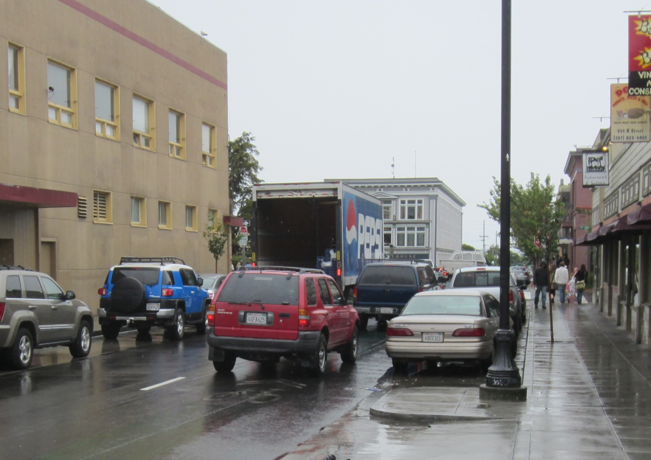 How NOT to use H Street between Ninth and 11th streets for deliveries. Were any trucks to use the right-side green lane for deliveries as intended, traffic – including emergency vehicles – would be halted in its tracks. Photos by KLH | Eye